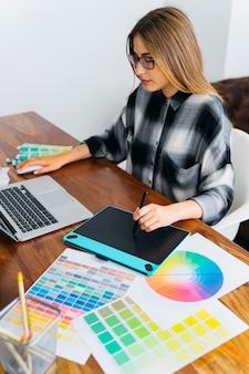 Diseñadora gráfica trabajando con tableta gráfica