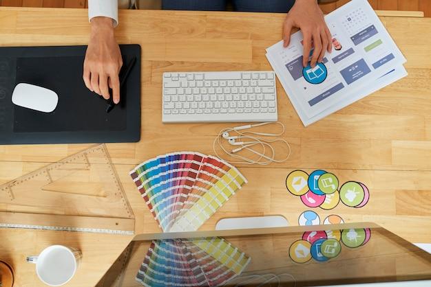 Diseñadora gráfica en el trabajo