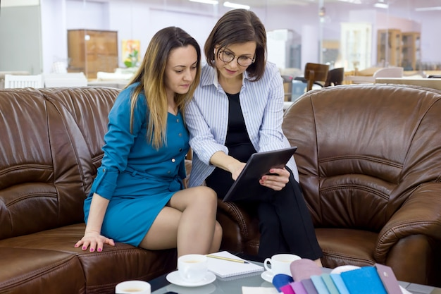 Diseñadora de interiores y cliente-mujer adulta