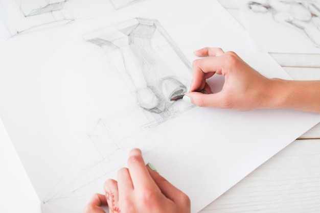Diseñadora de moda femenina dibujando en el taller