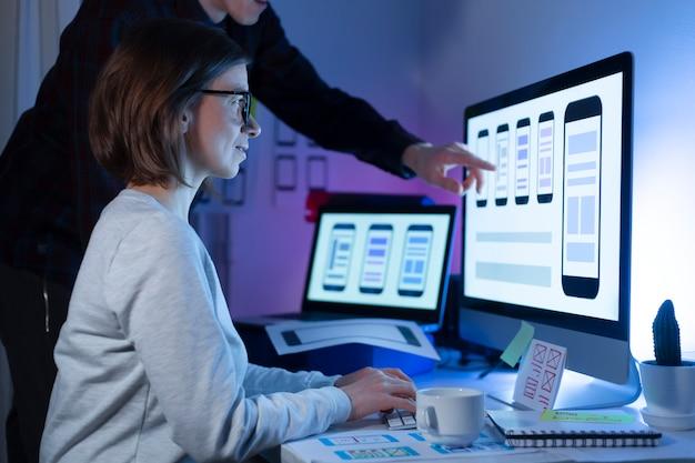 Los diseñadores crean una interfaz de usuario para teléfonos móviles