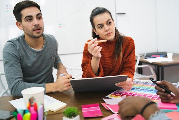 Diseñadores creativos trabajando juntos en un proyecto.