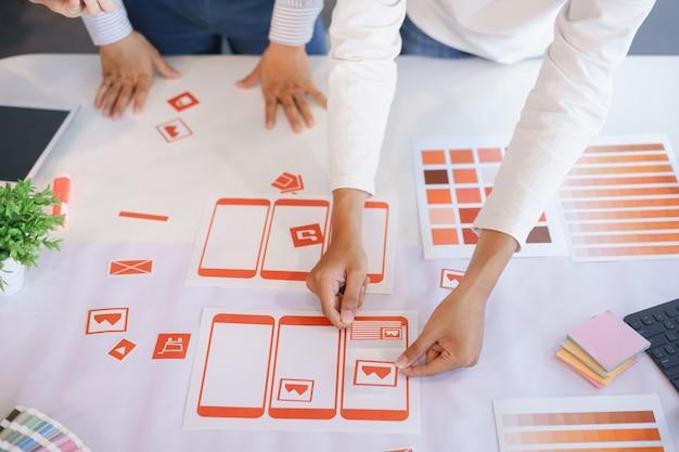 Diseñadores creativos de ux ui que diseñan pantallas para móviles.