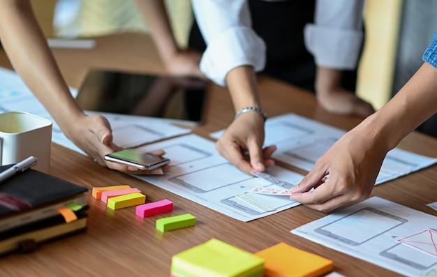 Los diseñadores desarrollan nuevas aplicaciones móviles, el equipo de diseño de ui ux planifica y analiza las aplicaciones móviles.