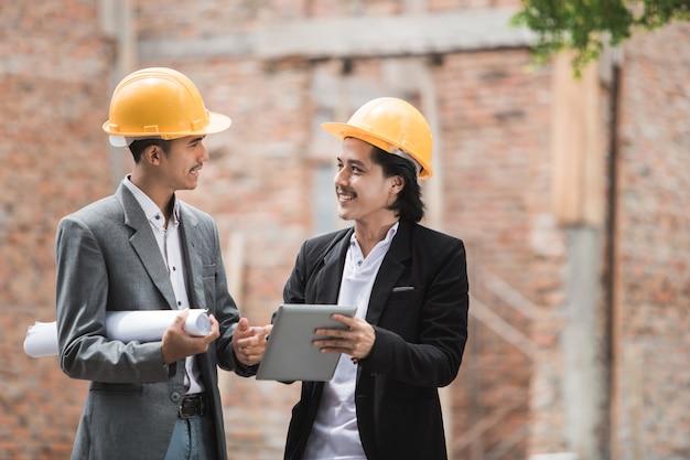 Diseñadores discutiendo plan de construcción