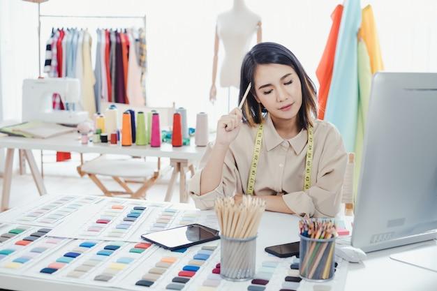 Los diseñadores están pensando y diseñando ropa para que los clientes ordenen artículos.