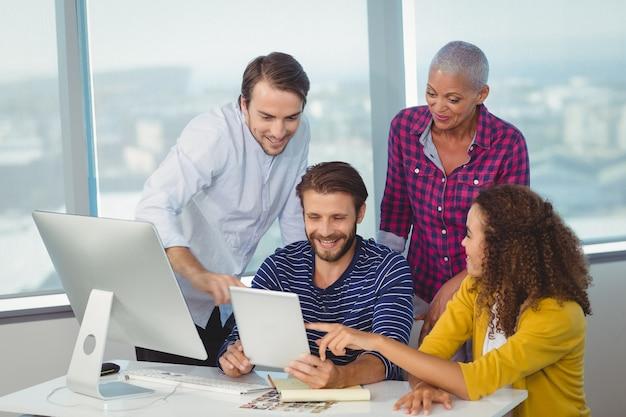 Diseñadores gráficos discutiendo sobre tableta digital
