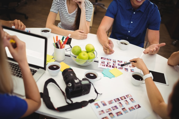 Los diseñadores gráficos tienen discusión en la oficina