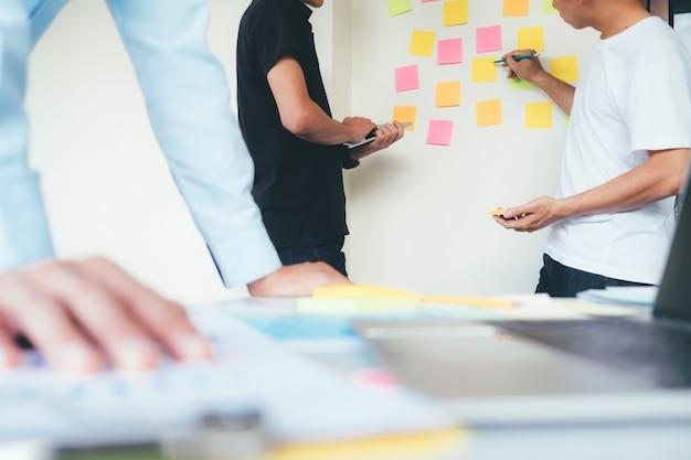 Diseñadores de intercambio de ideas del equipo de reunión.