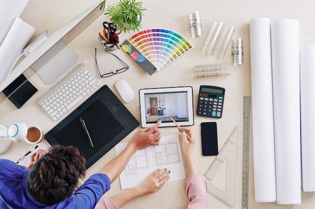 Diseñadores de interiores discutiendo sobre renderizado 3d