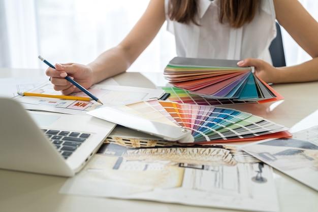 Diseñadores que trabajan con dibujo de apartamento y patrón de color de cerca