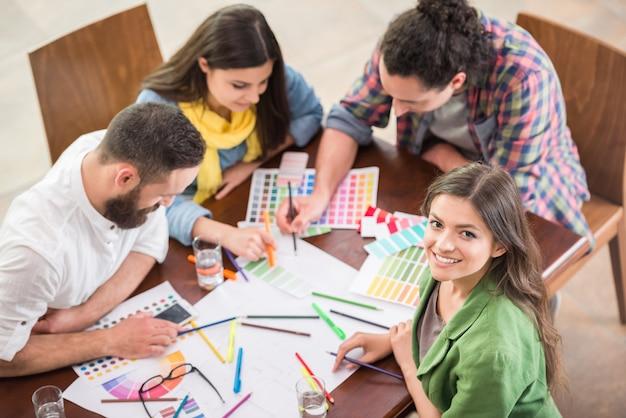 Diseñadores que trabajan con muestras de color para la selección.