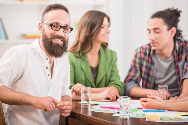 Los diseñadores se reúnen para discutir nuevas ideas en la oficina.
