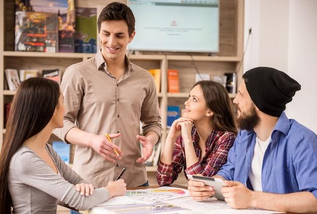 Diseñadores reunidos para discutir nuevas ideas en la oficina.