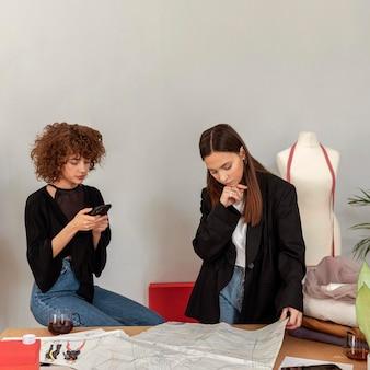 Diseñadores de ropa que trabajan en la tienda