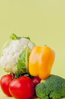Diseño de alimentación saludable, comida vegetariana y nutrición dietética. diversos ingredientes de las verduras frescas para la ensalada en la tabla amarilla, vista superior, marco, bandera.