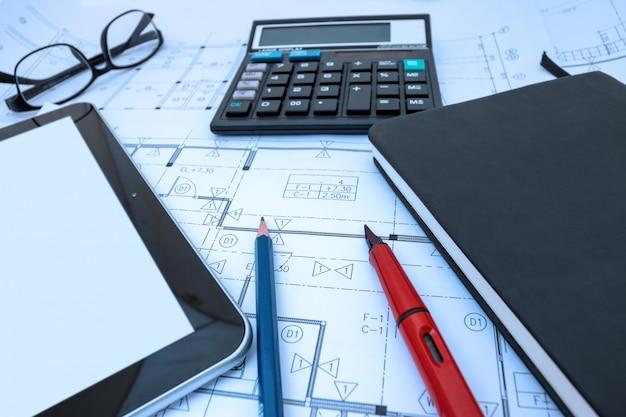 Diseño de arquitecto trabajando dibujo boceto planes planos en estudio de arquitecto
