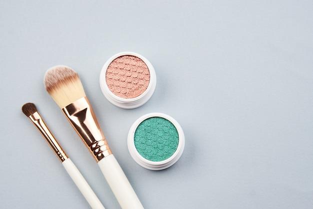 Diseño de belleza en color con cosméticos y joyas.