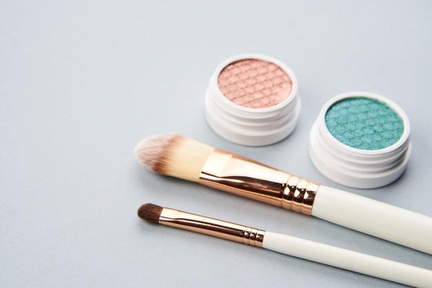 Diseño de belleza sobre un fondo coloreado con cosméticos y joyas.