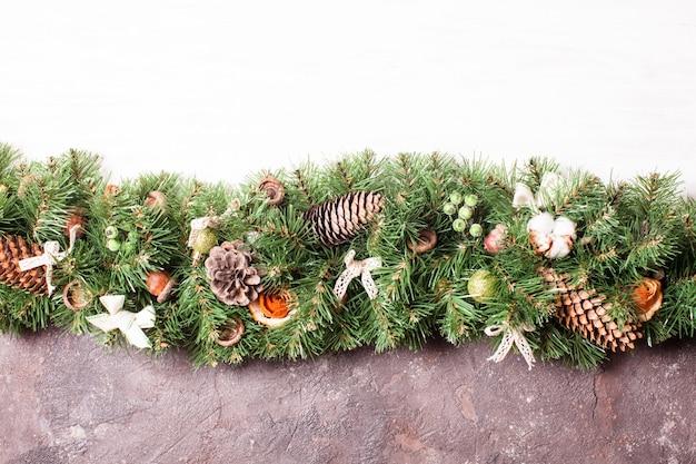 Diseño de borde navideño con flores naranjas y algodón.