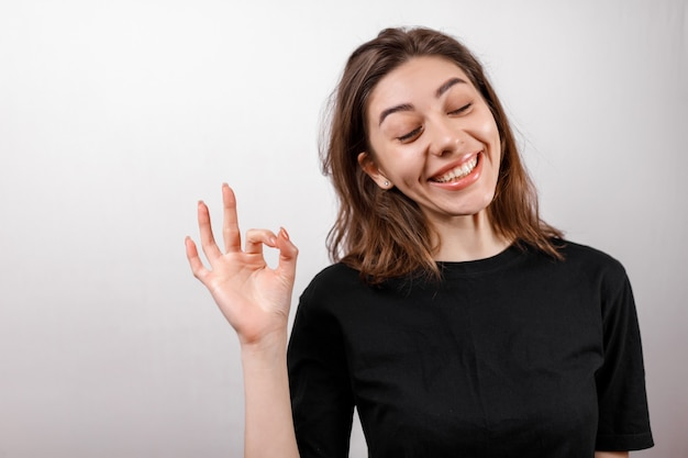 Diseño de camiseta, concepto de gente feliz - mujer sonriente en camiseta negra