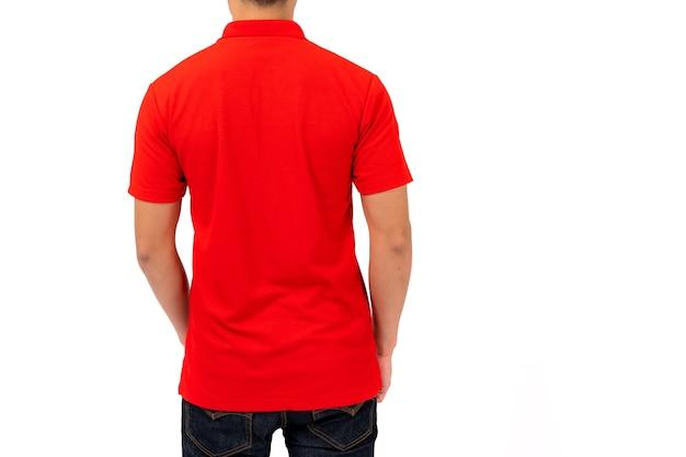 Diseño de camiseta, hombre joven con camisa roja aislado sobre fondo blanco.