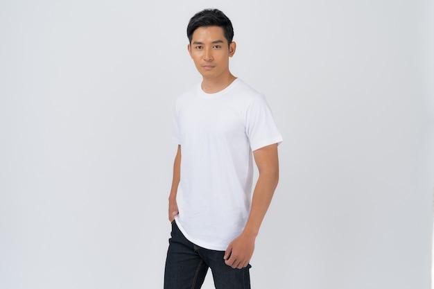 Diseño de camiseta, hombre joven con camiseta blanca aislado sobre fondo blanco.