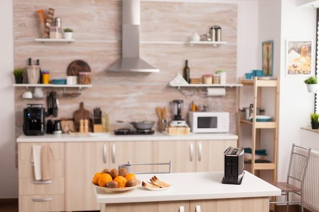 Diseño de cocina moderna sin nadie en ella.