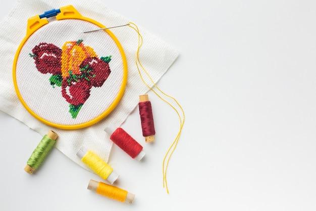 Diseño cosido de frutas con hilos de coser y espacio de copia