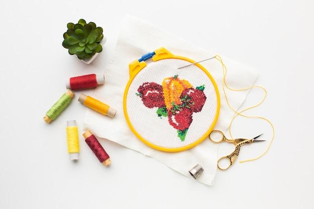 Diseño cosido de frutas con hilos de coser y planta