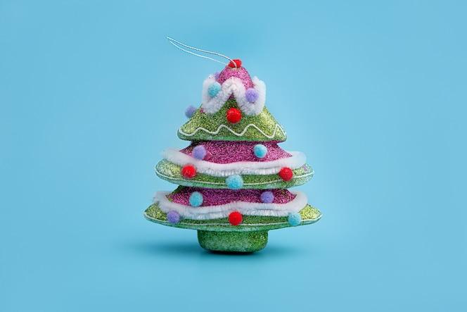 Diseño creativo con un árbol de navidad en azul brillante.