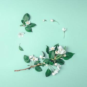 Diseño creativo con flores y hojas de manzana en flor.