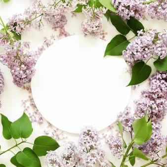Diseño creativo de flores lilas con papel blanco. bosquejo. vista desde arriba.