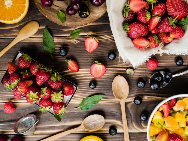 Diseño creativo con frutas y cucharas.