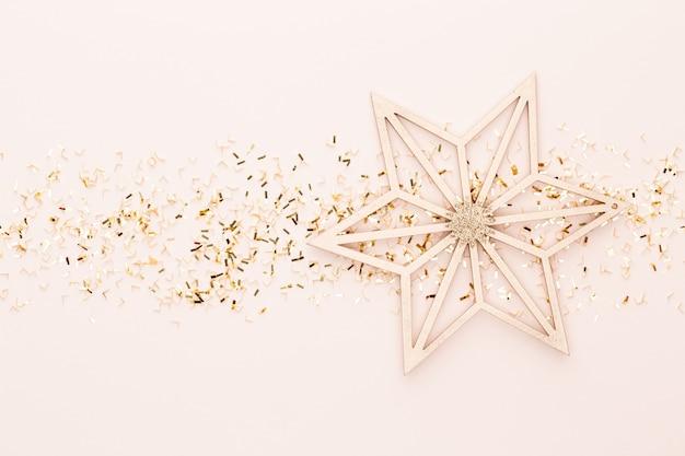 Diseño creativo hecho de decoración navideña. vista plana, vista superior.