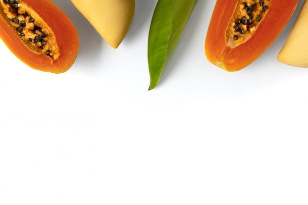 Diseño creativo hecho de frutas y hojas tropicales de verano.