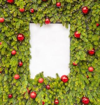 Diseño creativo hecho de ramas de árboles de navidad con nota de tarjeta de papel blanco, endecha plana