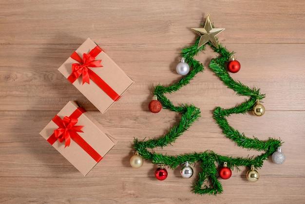 Diseño creativo de invierno hecho con ramas de árboles de hoja perenne y adornos