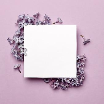 Diseño creativo realizado con flores lilas sobre fondo morado brillante con espacio para texto. concepto mínimo de primavera.