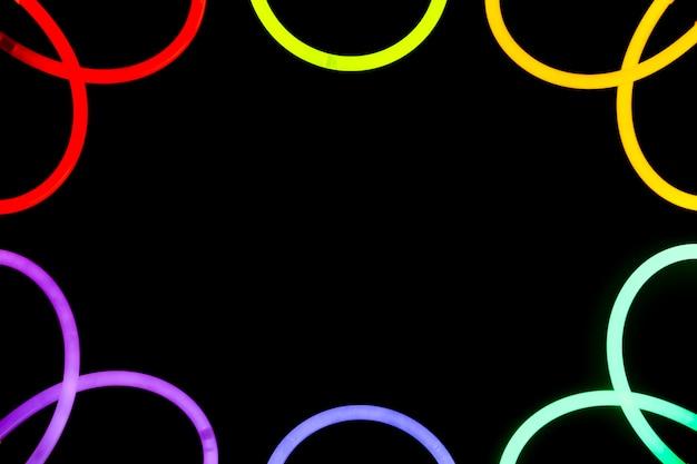 Diseño curvo borde de neón colorido sobre fondo negro