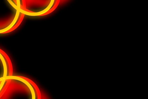 Diseño curvo de neón rojo y amarillo sobre fondo negro
