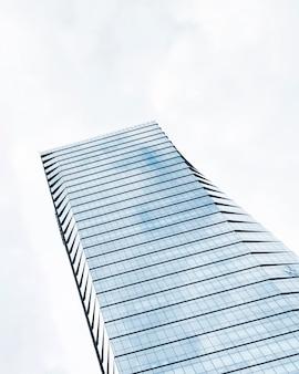 Diseño de edificio alto de ángulo bajo
