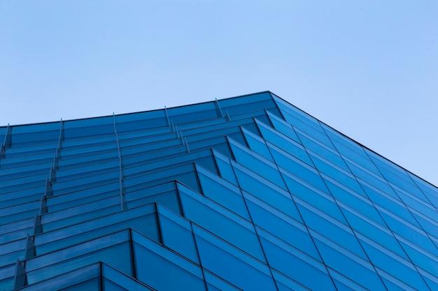 Diseño de edificio azul moderno de bajo ángulo