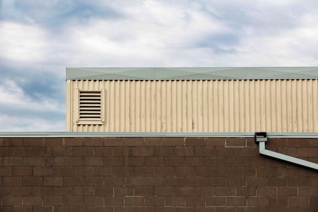 Diseño de edificio con pared de ladrillo y tubería.