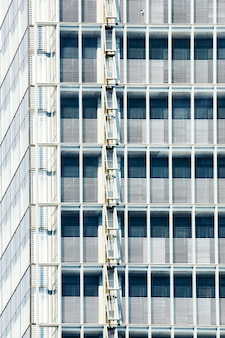 Diseño de edificio con ventanas abiertas.