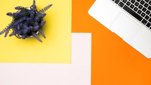 Diseño de espacio de trabajo colorido y plano.
