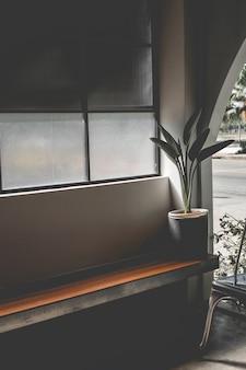 Diseño en estilo loft en colores oscuros, espacio abierto, vista interior de varios cafés