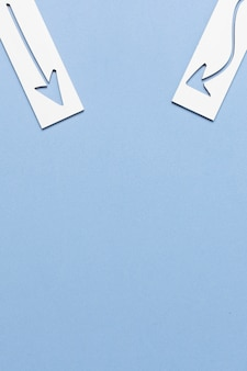 Diseño de flecha de papel sobre fondo azul copia espacio