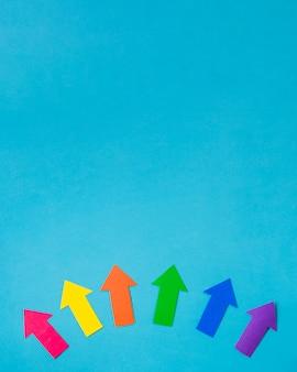 Diseño de flechas de papel en colores lgbt.