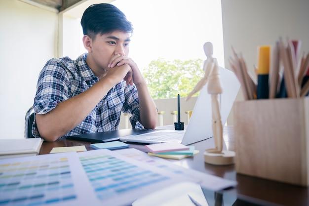 Diseño gráfico y muestras de color y bolígrafos sobre un escritorio.